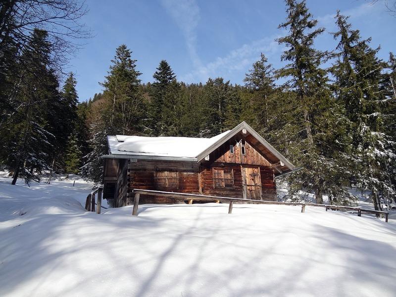 Rabenkopf und Feuereck: Diensthütte am Bergelskopf: Zum Feuereck verlässt man bei dieser Diensthütte unterhalb des Bergelskopfs den beschilderten Weg.