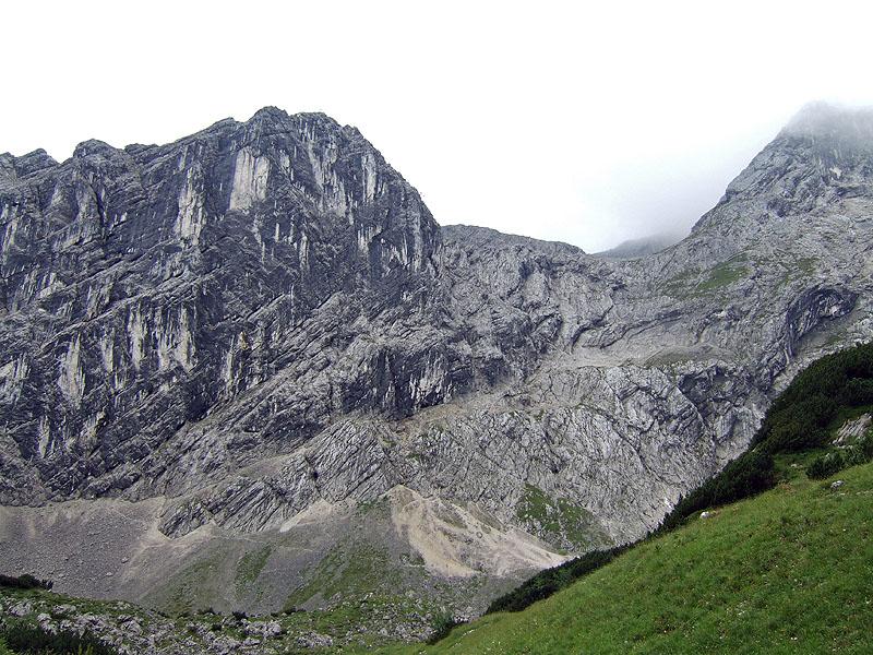 Hoher Gaif über Normalweg: Bernadeinkopf: Die Schöngänge unterhalb des Bernadeinkopfs. Der Klettersteig führt auf dem breiten Band quer durch die Wand und biegt im oberen Bereich nach links in eine meist feuchte Rinne.