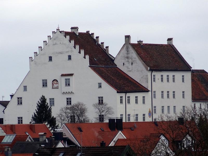 Murnauer Moos: Schloss Murnau: Das Schloss Murnau ging aus einer Burg hervor. Trotz der vielen Anbauten ist der alte Wohnturm der Burg noch gut zu erkennen.
