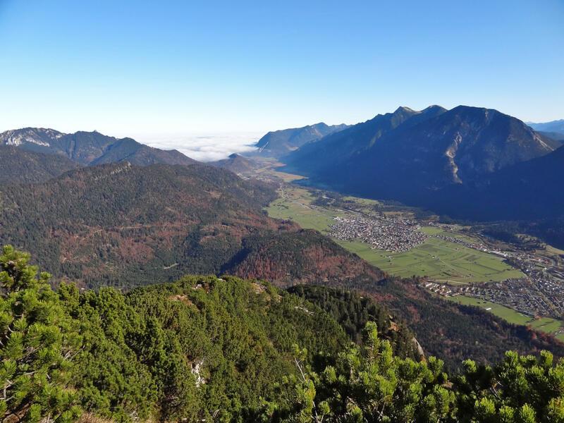 Kramerspitz: Loisachtal: Blick vom Katzenkopf über das Loisachtal. Links liegen die Ammergauer und rechts die Bayerischen Voralpen mit dem Estergebirge.