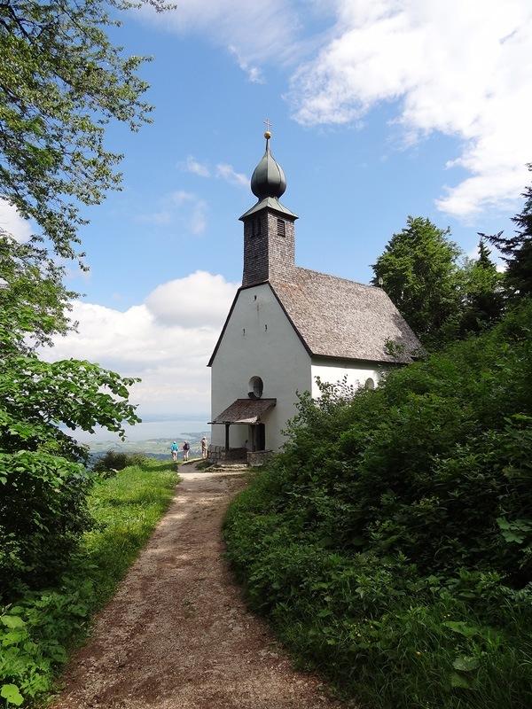 Hochlerch und Zwölferspitz: Schnappenkirche: Von der Schnappenkirche St. Wolfgang schauen die Wanderer hinaus auf den Chiemsee.