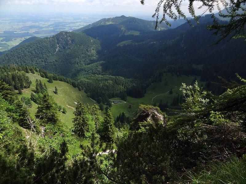 Hochlerch und Zwölferspitz: Staudacher Alm: Der Aufstieg zum Hochlerch überrascht immer wieder mit schönen Tiefblicken zur Staudacher Alm.