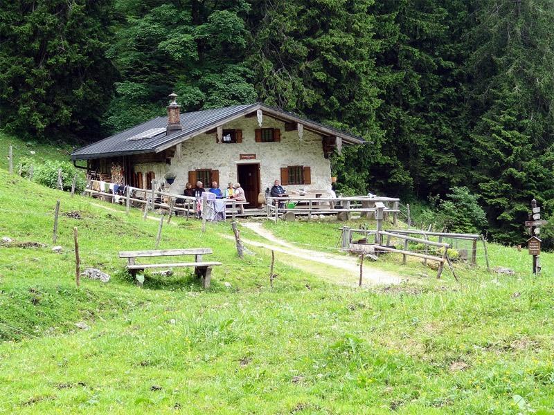 Hochlerch und Zwölferspitz: Staudacher Alm: Die idyllisch gelegene Staudacher Alm ist eine beliebte Einkehr im Hochgerngebiet.