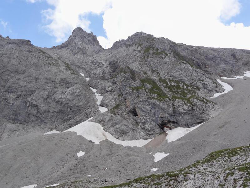 Breitenkopf: Breitenkopf: Der Breitenkopf von Westen mit der Breitenkopfhütte unten in der Felsnische. Das Loch links über der Hütte gehört zum System des Oberbaustollens.
