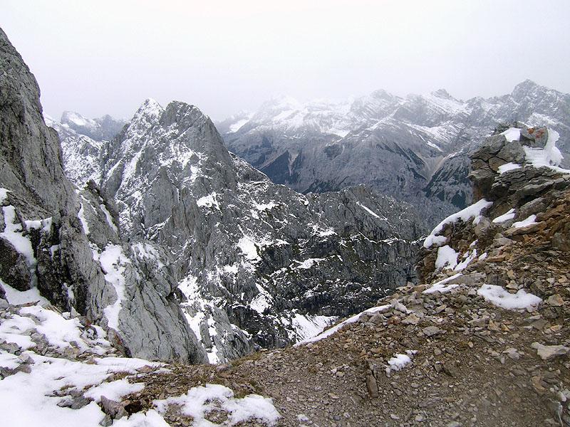 Predigtstuhl bei Mittenwald: Obere Dammkarscharte: Blick von der Oberen Dammkarscharte Richtung Südosten zur Karwendelhauptkette jenseits des Karwendeltals.
