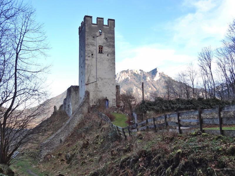 Petersberg und Hohe Asten: Unter-Falkenstein: Der Bergfried von Unter-Falkenstein war lange Zeit bewohnt. Heute wird er von der Umwelt-, Kultur- und Sozialstiftung im Landkreis Rosenheim genutzt, welche die Burg 2009 erwarb.