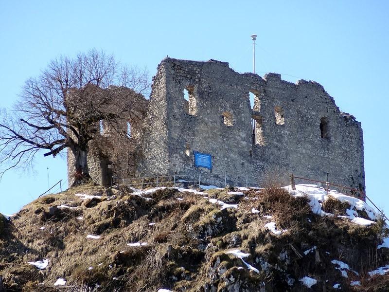Ruine Falkenstein und Alatsee: Burg Falkenstein: Wegen ihrer Lage auf 1270 Metern Höhe hatte die Burg Falkenstein keine militärische Bedeutung und ließ sich nur schwer versorgen.