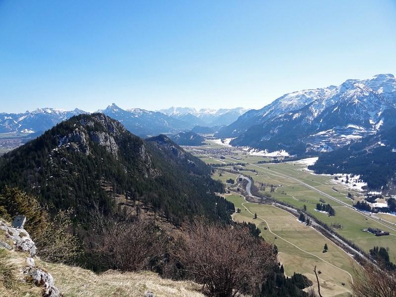 Ruine Falkenstein und Alatsee: Vilstal: Der Zirmgrat über dem Tiroler Vilstal. Am Horizont sind die Ammergauer zu sehen.